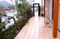枕木ゲート タイル張りスロープ アプローチ・階段