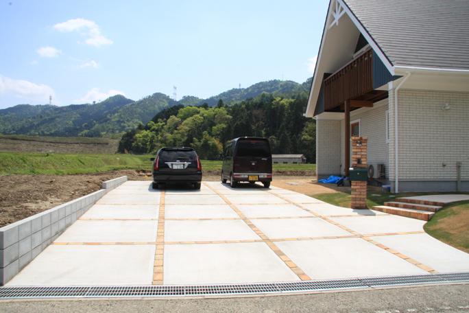 単調なコンクリート駐車場にレンガボーダーを カーポート・駐車場