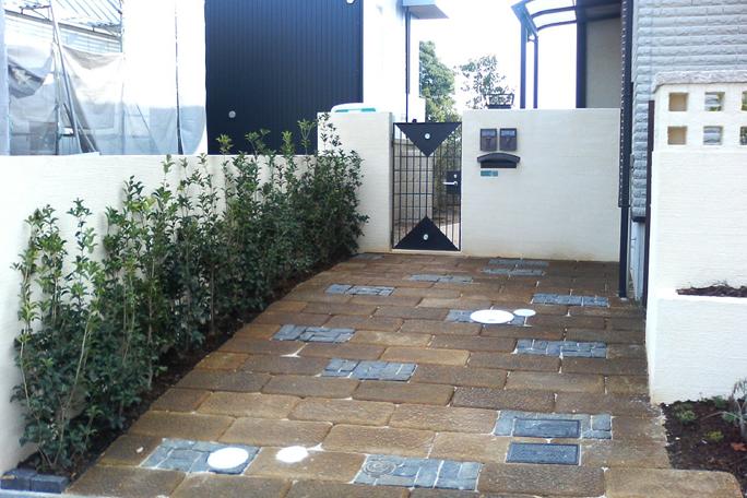 錆色加工板石敷き駐車場 裏口用 カーポート・駐車場