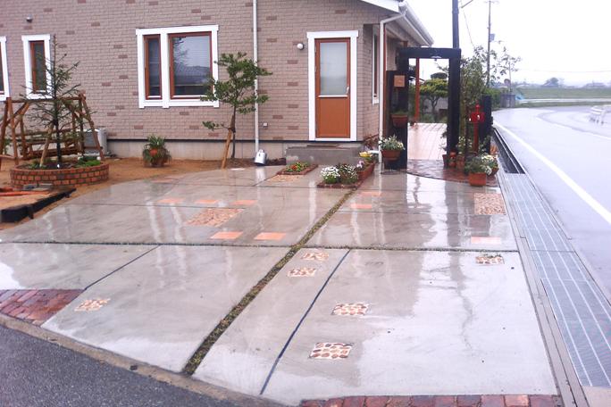 コンクリ土間駐車場 テラコッタタイル丸石飾り カーポート・駐車場