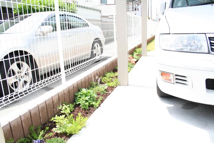 駐車場脇植栽スペース(雨水透水兼) カーポート・駐車場