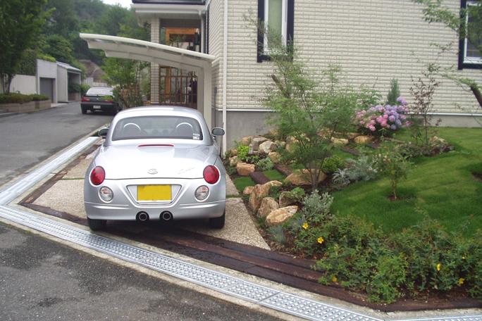 枕木ライン洗い出し仕上げ駐車場 カーポート・駐車場