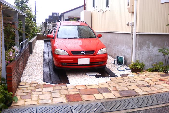 枕木ライン敷き駐車場 進入口レンガ敷き仕上げ カーポート・駐車場