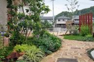 アンティークレンガアプローチを飾る植栽 ガーデニング