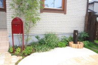 ポストとケンカ中の枕木水栓 立水栓