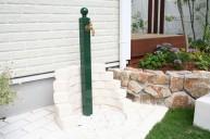 ホワイトレンガの水受けがおもしろい 立水栓
