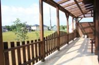 テラス木製屋根 なめらかなフェンス付き テラス