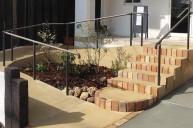 スロープとレンガ段鼻の階段 アプローチ・階段
