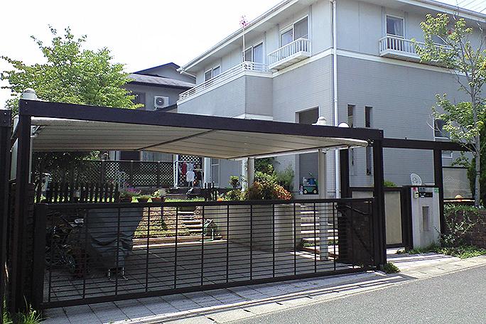 スッキリ・シンプルなデザインの駐車場ゲート カーポート・駐車場