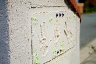 家族の思い出の手形が入った門柱 アプローチ・階段