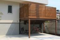 自転車置き場の屋根を兼ねたデッキ テラス