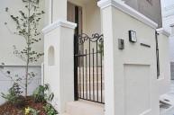 上品なモールディングの門柱壁とアイアン門扉 門柱・門周り