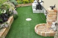 アンティークレンガとの相性も良い人工芝の庭 ガーデニング