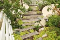 枕木と植物のコンビネーションが素敵な階段 アプローチ・階段
