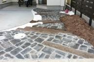 黒・グレー系アンティークレンガと枕木のアプローチ アプローチ・階段