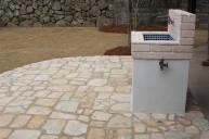 ホワイトレンガとモザイクタイルの手洗い場 立水栓