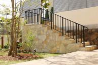 石貼りの階段とアイアン手すり アプローチ・階段