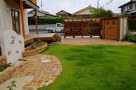芝生とアンティークレンガのコントラストが美しいお庭 中庭